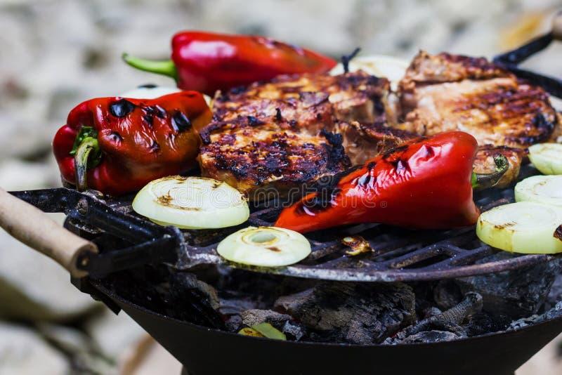 Lapje vlees en worst op BBQ stock afbeelding