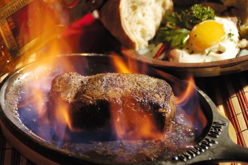 Lapje vlees flambe stock foto's