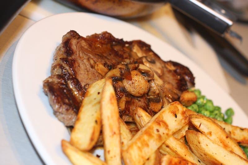 Lapje vlees met spaanders royalty-vrije stock afbeeldingen
