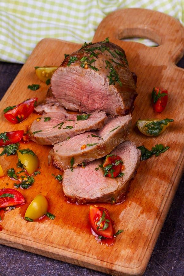 Lapje vlees met Tomaten, Thyme, Koriander en Knoflook op Scherpe Raad royalty-vrije stock afbeelding