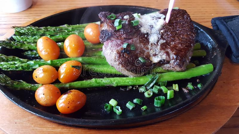 Lapje vlees op Asperge stock afbeelding
