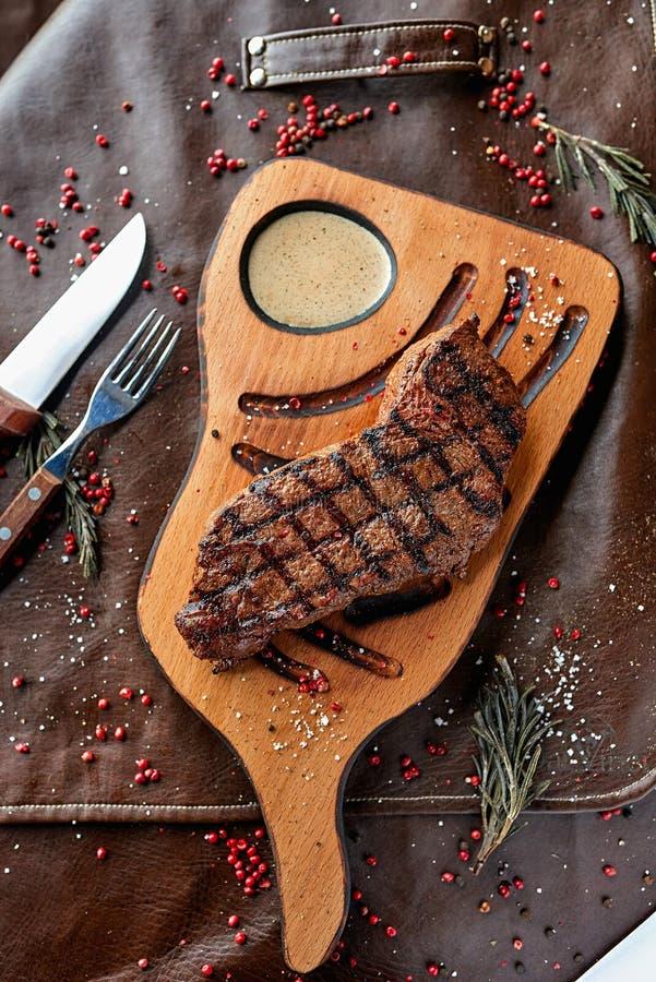 Lapje vlees op een houten raad stock foto's