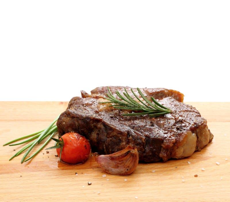Lapje vlees rib-oog met geroosterd wordt versierd, geïsoleerde die bovenkant stock foto