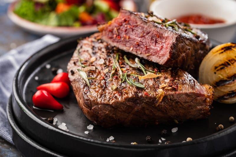 Lapje vleesrundvlees Het middel van het rundvleeslapje vlees met Spaanse peper, aromatische kruiden royalty-vrije stock foto's