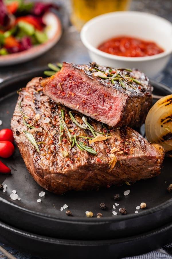 Lapje vleesrundvlees Het middel van het rundvleeslapje vlees met Spaanse peper, aromatische kruiden stock foto's