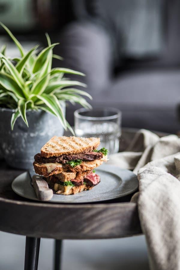 Lapje vleessandwich op een plaat wordt geroosterd die royalty-vrije stock afbeeldingen