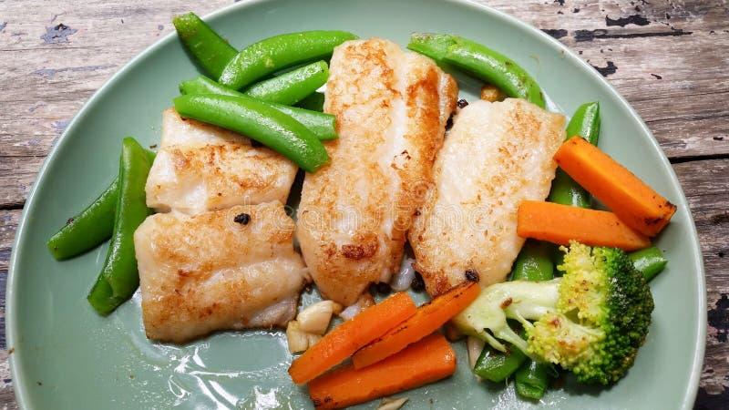 Lapje vleesvissen met groenten stock fotografie