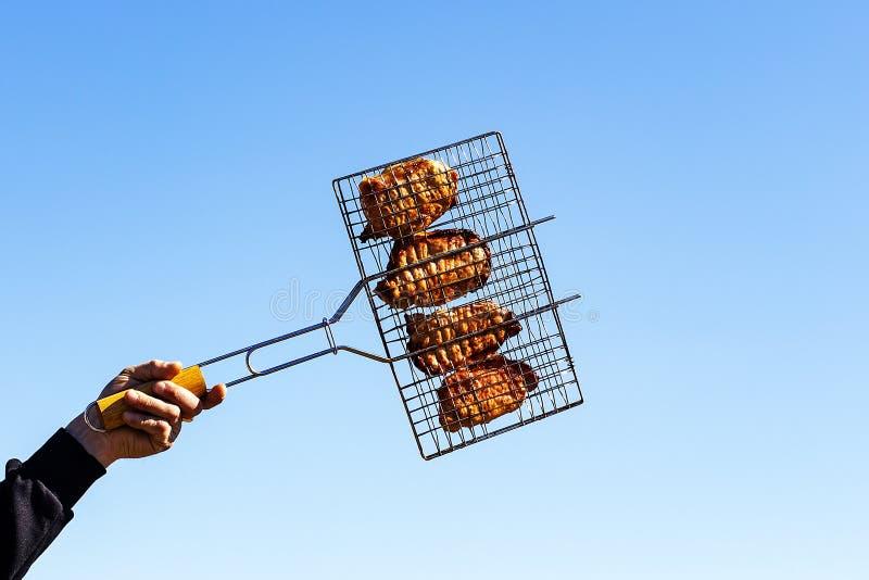 Lapjes vlees op de grill ter beschikking stock afbeeldingen