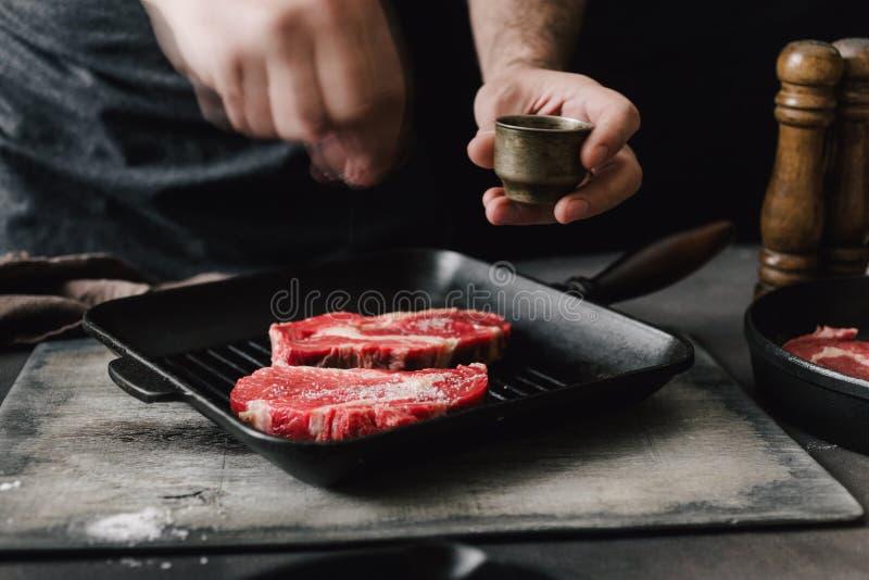 Lapjes vlees van het slagers de kokende rundvlees op keuken royalty-vrije stock foto's