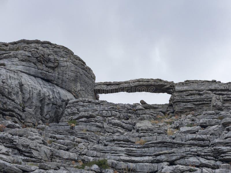 Lapland kołysa typ i naturalnie tworzącego kamienia most zdjęcie stock