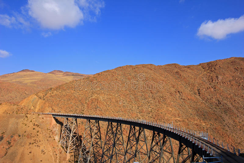 LaPolvorilla viadukt, Tren en Las Nubes som är nordvästlig av Argentina arkivfoton