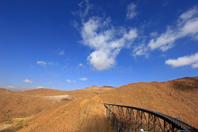 LaPolvorilla viadukt, Tren en Las Nubes som är nordvästlig av Argentina royaltyfri bild