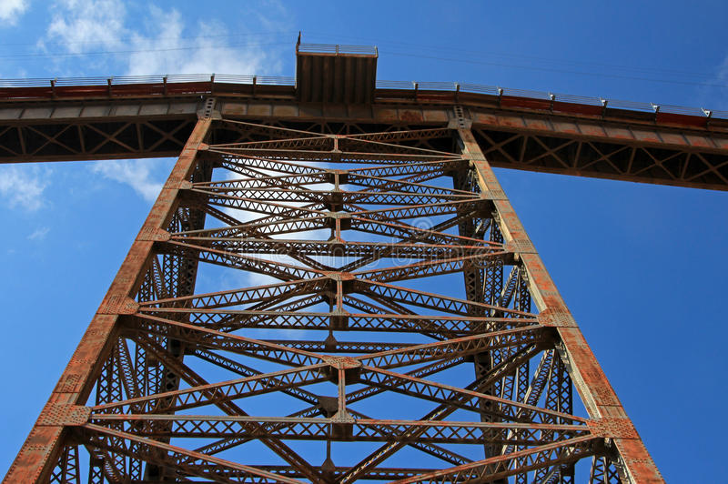 LaPolvorilla viadukt, Tren en Las Nubes som är nordvästlig av Argentina royaltyfri fotografi