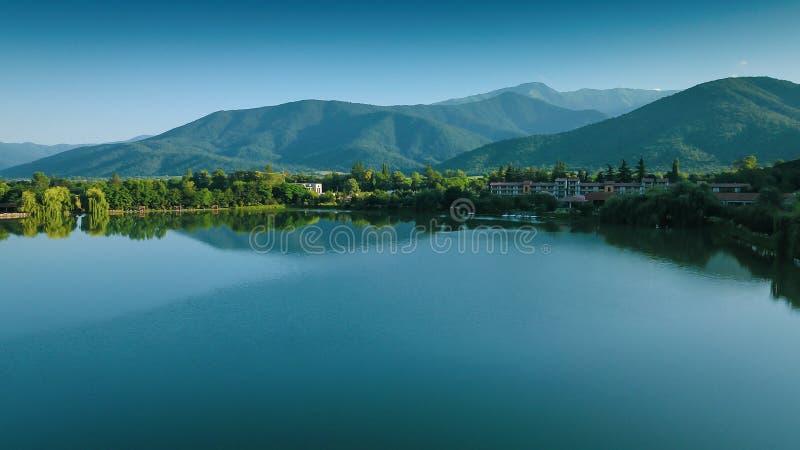 Lapotameer met bergenbezinningen in het land dat van Georgië worden gevestigd Grote plaats voor vakantiereiziger royalty-vrije stock afbeelding