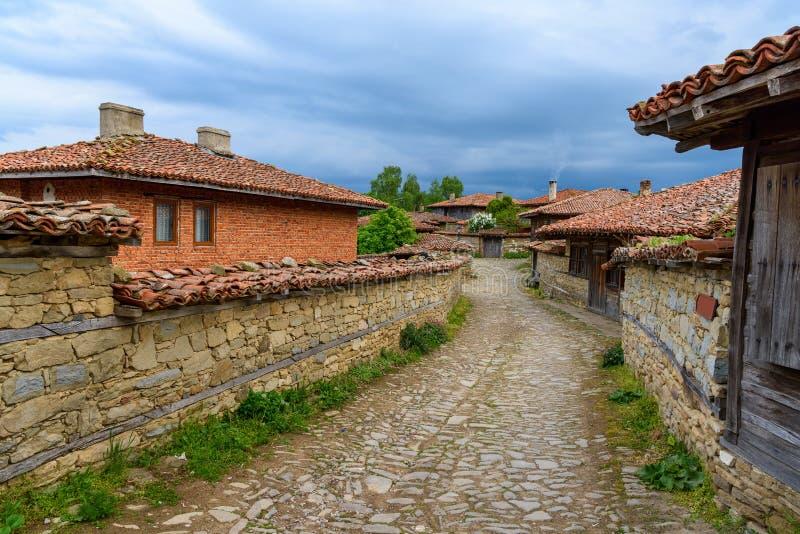 Lappad gata och lantliga hus i Zheravna, Bulgarien arkivbild