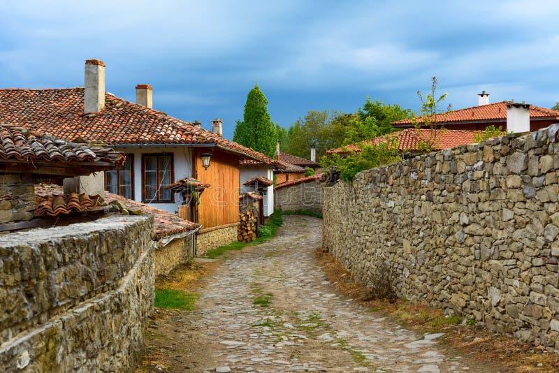 Lappad gata och lantliga hus i Zheravna, Bulgarien fotografering för bildbyråer