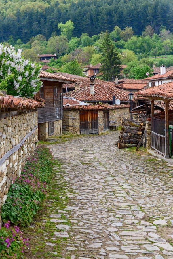 Lappad gata och lantliga hus i Zheravna, Bulgarien arkivbilder