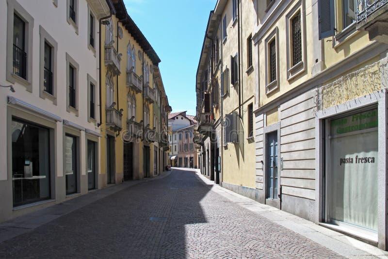 Lappade gator av Vigevano, Italien arkivbild