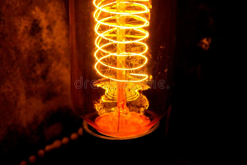 Lappade klassiska glödande Edison ljuskulor med synliga glödande trådar i natten royaltyfria foton