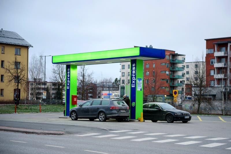 Lappeenranta, FINLAND - December 01, 2018: Post onbemand benzinestation Druk bijtankende benzine uit De mensen tanken auto's bij stock foto's