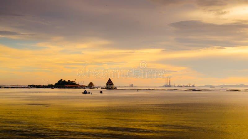Laps de temps de ciel de coucher du soleil à l'île de Loy, Sriracha, Thaïlande photographie stock