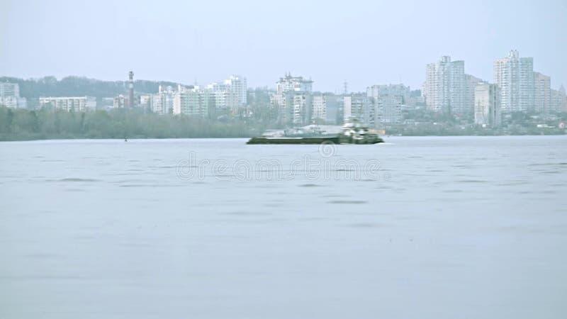 Lapso de tiempo de la gabarra que mueve encendido el río de Dnieper almacen de video
