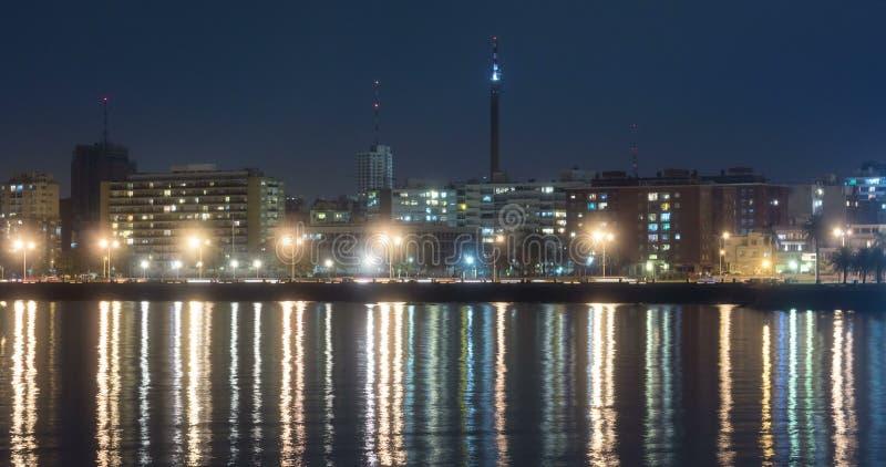 Lapso de tiempo del tráfico en Rambla de Montevideo metrajes