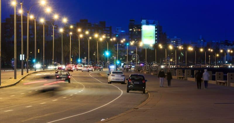 Lapso de tiempo del tráfico y de la gente en Rambla de Montevideo almacen de metraje de vídeo