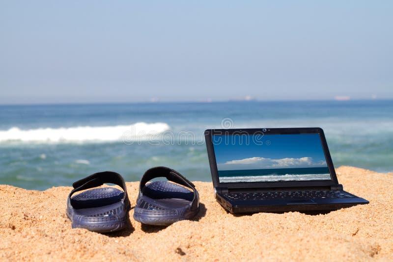 laptopów plażowi sandały obrazy stock