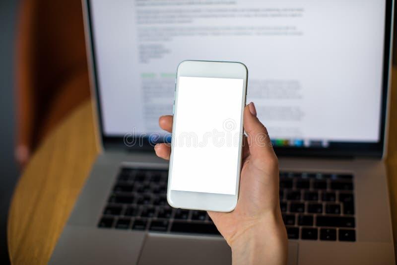 Laptop aberto com o site no monitor Telefone celular e caderno do uso fotografia de stock