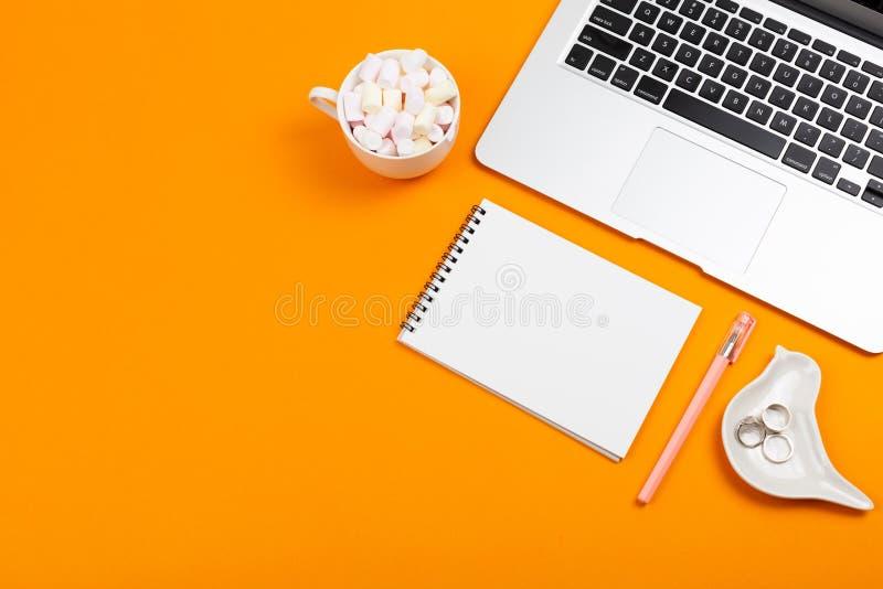 Laptop, Anlage, Notizblock und Gläser stockbild