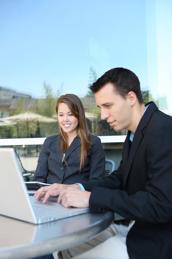 laptop atrakcyjna biznesowa drużyna zdjęcie stock