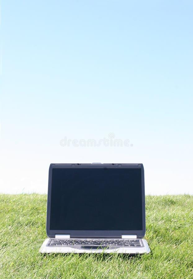 Laptop auf Gras stockfotos