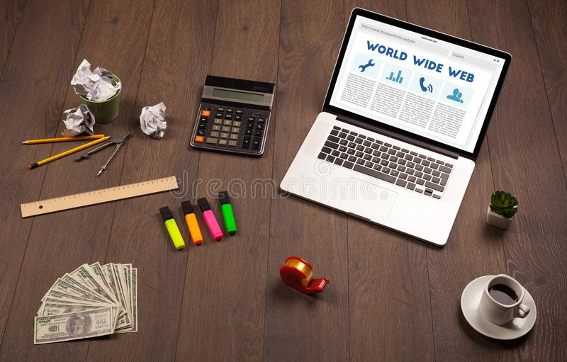 Laptop auf hölzernem Schreibtisch mit Büro suplies lizenzfreie stockbilder