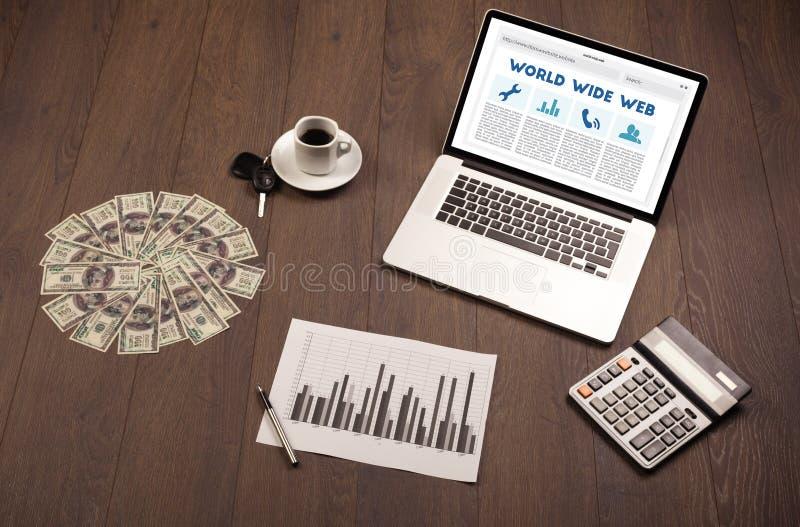 Laptop auf hölzernem Schreibtisch mit Büro suplies lizenzfreie stockfotos