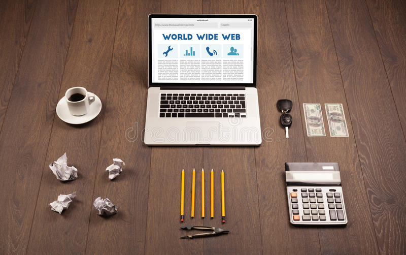 Laptop auf hölzernem Schreibtisch mit Büro suplies lizenzfreies stockbild