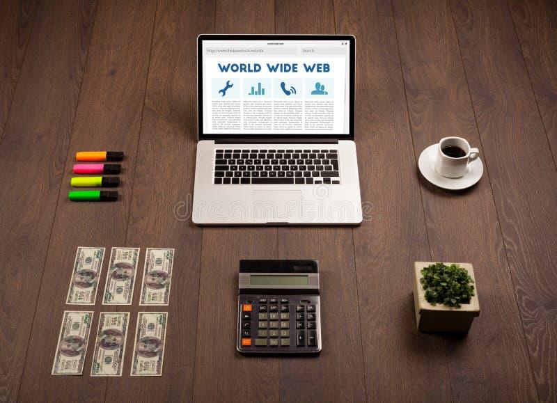 Laptop auf hölzernem Schreibtisch mit Büro suplies stockbilder