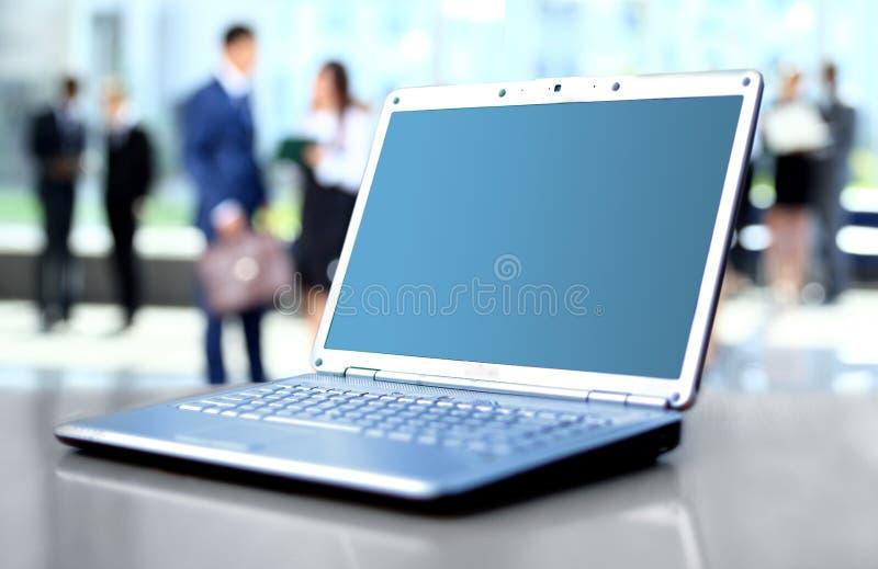 Laptop auf Schreibtisch lizenzfreie stockfotografie