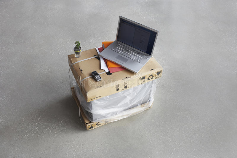 Laptop bovenop Dozen royalty-vrije stock afbeeldingen