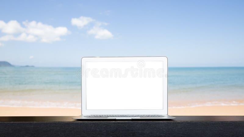 Laptop branco da tela, trabalhando no conceito da praia imagens de stock royalty free