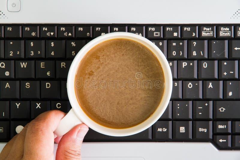 Laptop com copo de café, vista de cima com dos termas da cópia foto de stock royalty free