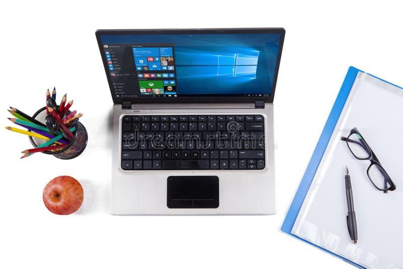 Laptop com janelas 10 e artigos de papelaria imagem de stock royalty free