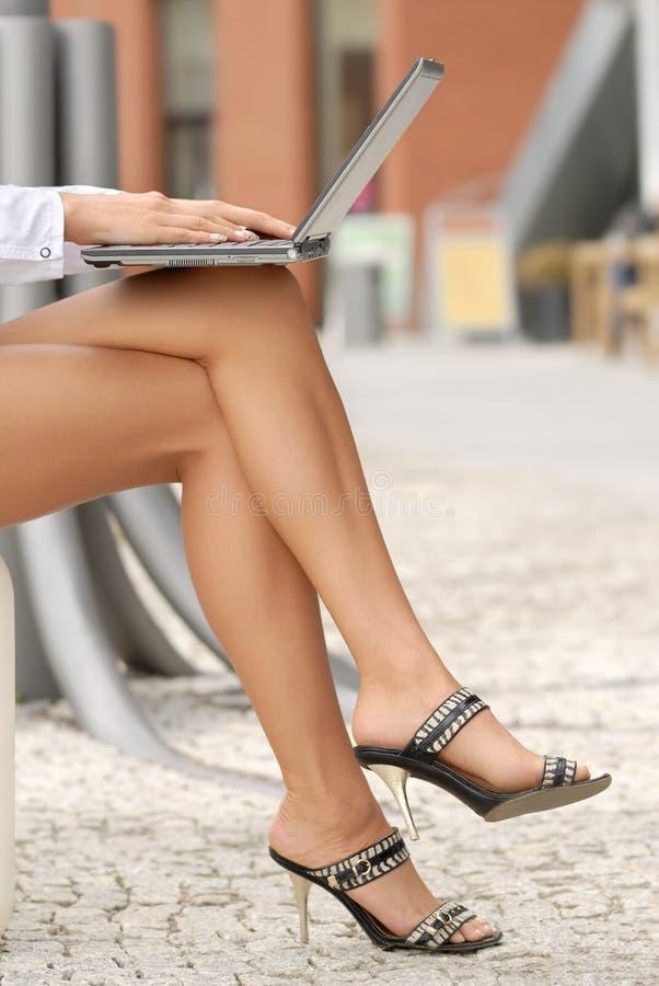 Laptop-Computer auf dem Schoss stockbild