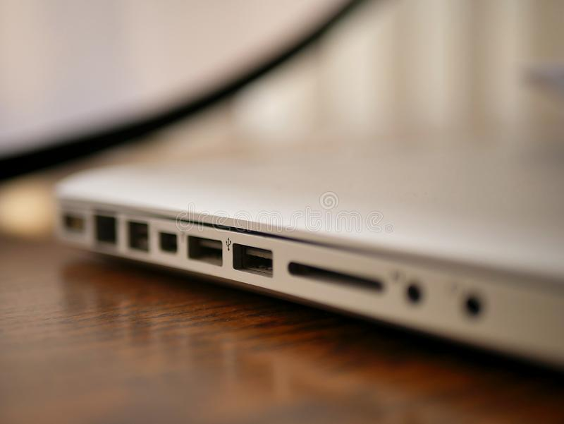 Laptop-Computer auf hölzernem Schreibtisch mit Input USB-Blitz stockfotos