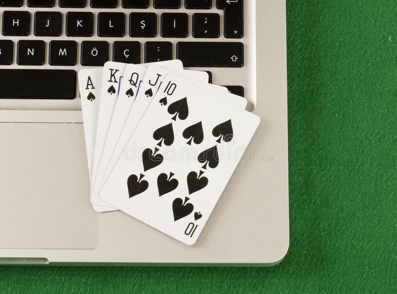 Laptop computer en online het gokken thema stock fotografie