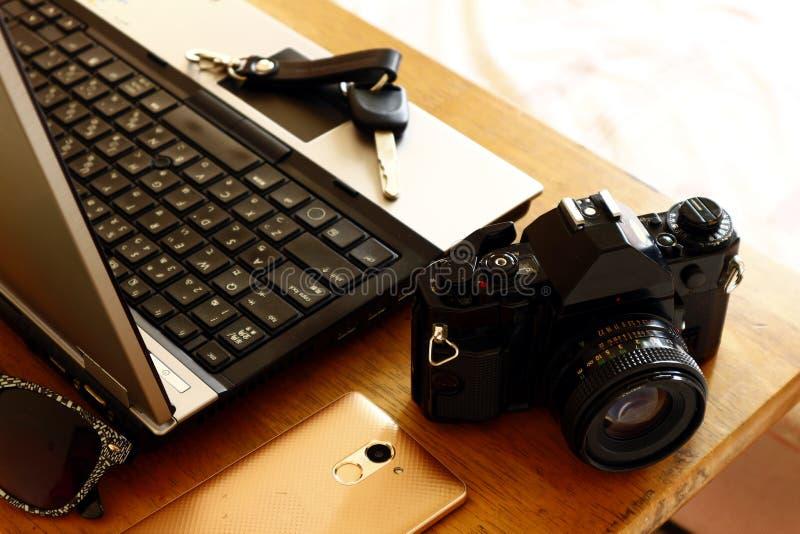 Laptop computer, handcamera, autosleutel, zonnebril en smartphone stock afbeelding