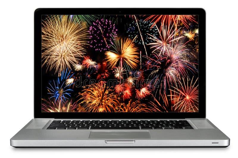 Laptop-Computer mit Feuerwerken auf Bildschirm lizenzfreies stockfoto