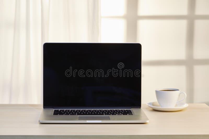 Laptop-Computer mit Kaffeetasse stockfoto