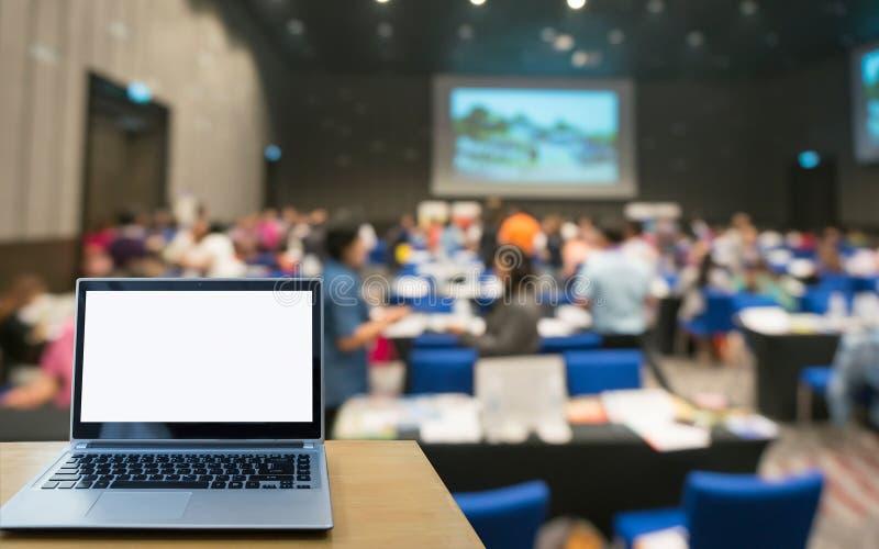 Laptop-Computer Seminarraum im Teilnehmerhintergrund lizenzfreie stockfotos