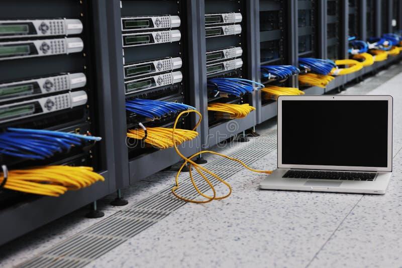 Laptop-Computer am Servernetzraum lizenzfreies stockbild